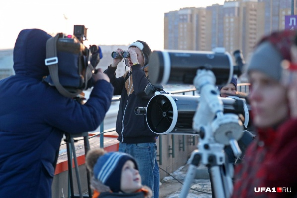 Готовиться лучше заранее — найти смотровую площадку, бинокль или телескоп<br>