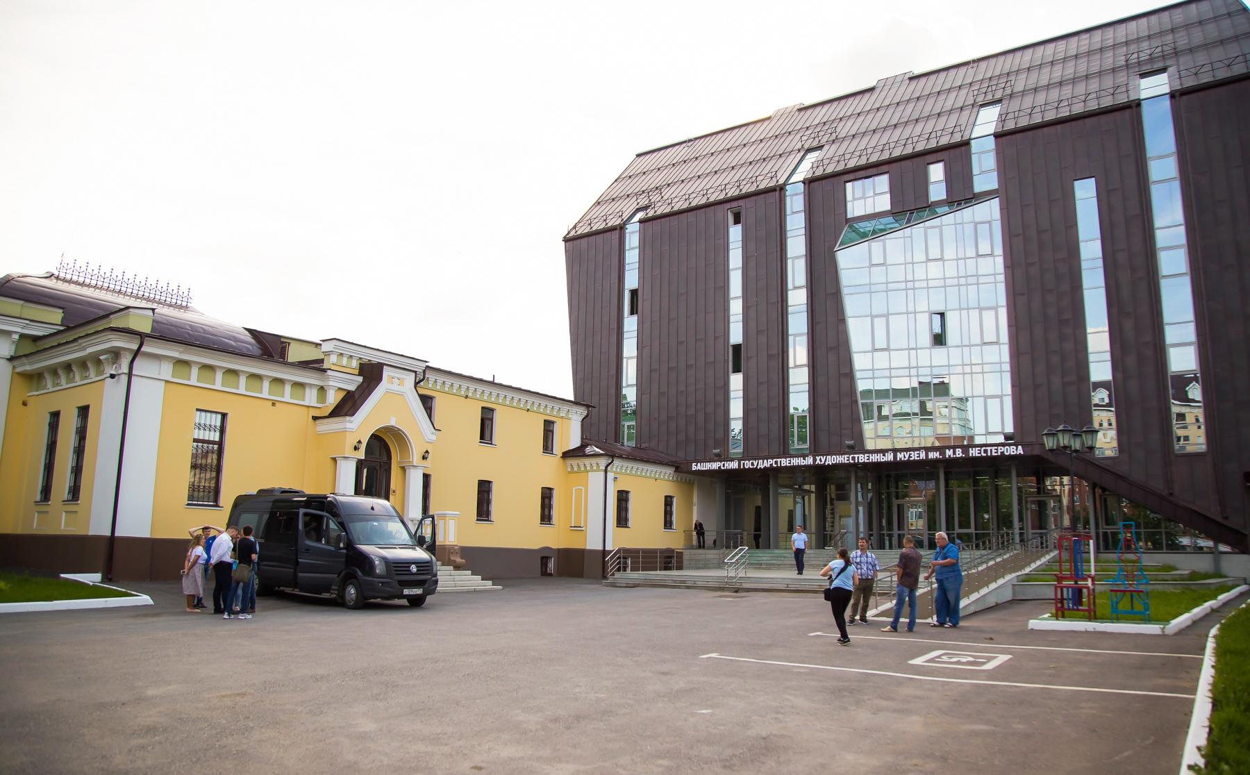 Рядом с двухэтажной усадьбой купца-лесопромышленника Лаптева новое здание музея. Для практичности его покрыли медью