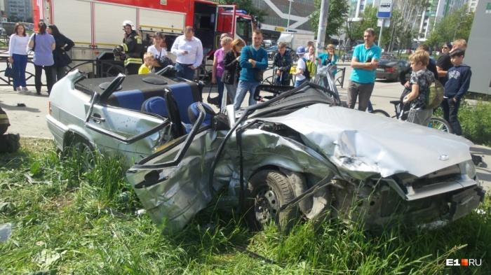После столкновения спасателям пришлось срезать крышу у ВАЗа