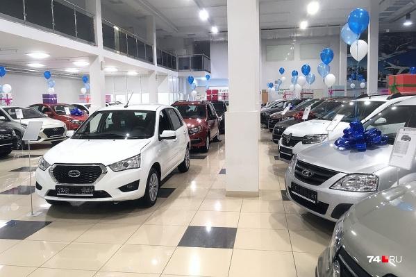 Автосалон «Аспект Авто» внутри выглядит, как шоурум обычного автодилера, но продаёт автомобили разных марок: есть Lada, Renault, Datsun, KIA