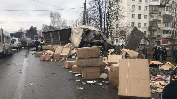 Отказали тормоза: на Южном Урале перевернулась фура с игрушками