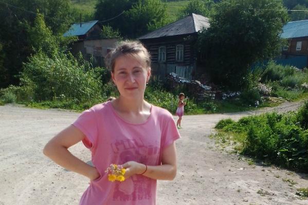 Анастасия Силкова и её семилетняя племянница (на заднем плане) ушли в лес ещё в пятницу и не вернулись