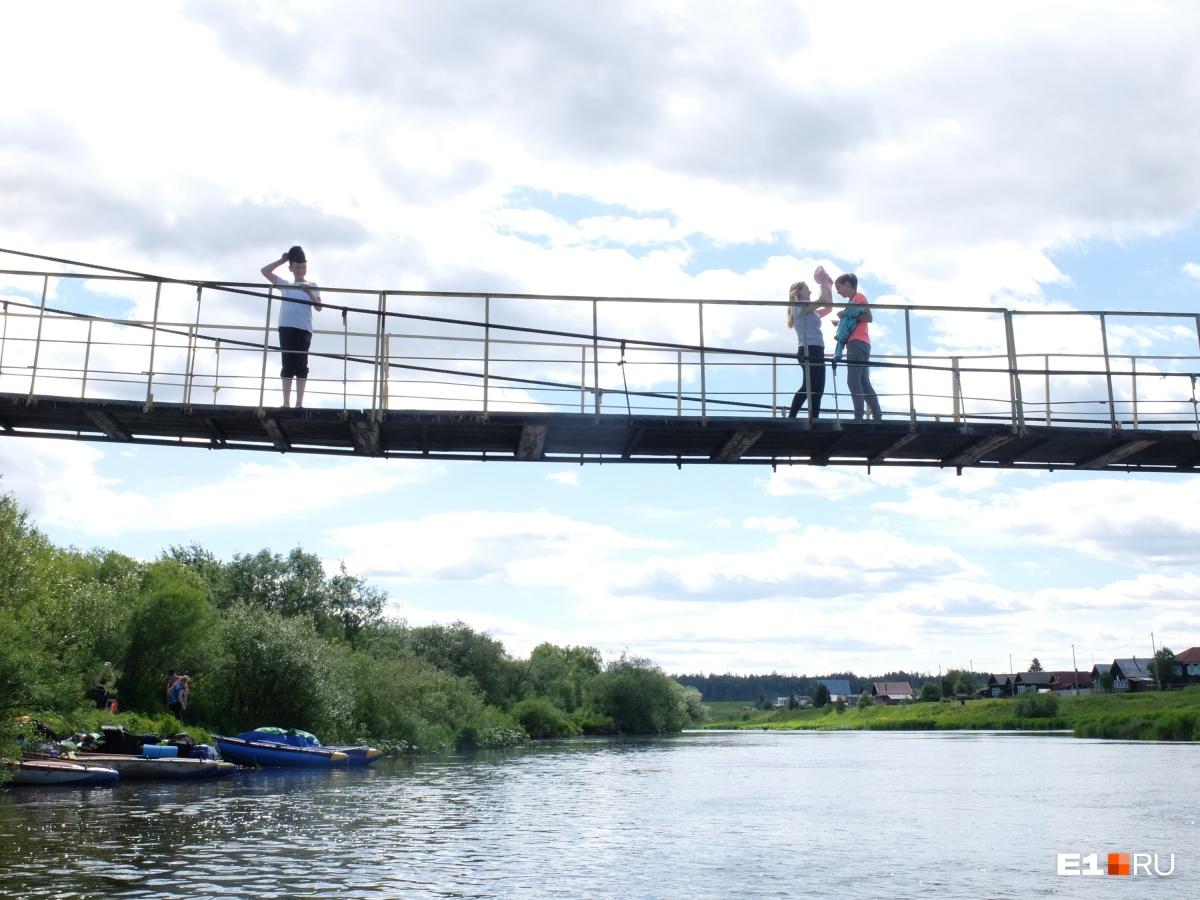 И устроили фотосессию на подвесном мосту