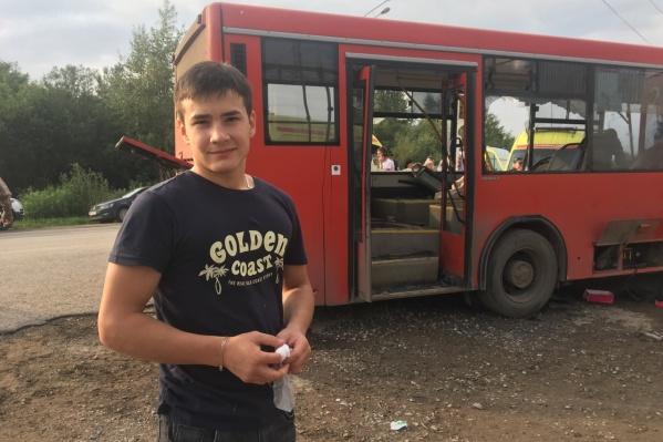 Молодой человек незамедлительно бросился на помощь пострадавшим пассажирам