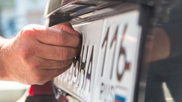 «На рынке хаос»: почему дилеры до сих пор не выдают номера вместо ГИБДД