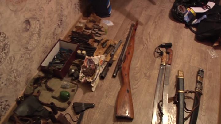 Слесарь омской войсковой части устроил на работе тайник и воровал детали оружия