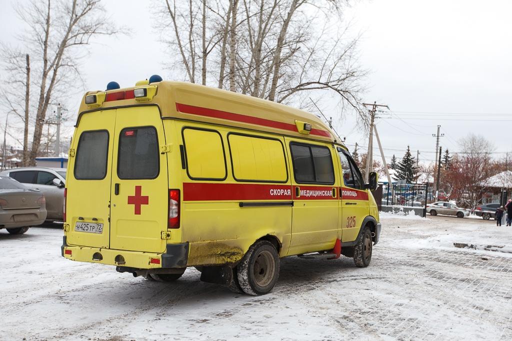 Медики скорой помощи проезжали мимо аварии и остановились, чтобы помочь пострадавшему
