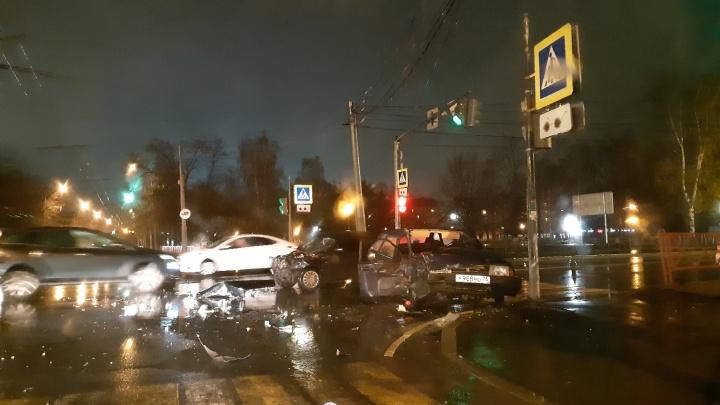 Водитель отказался от освидетельствования: в Ярославле на перекрёстке «двенашка» влетела в «девятку»