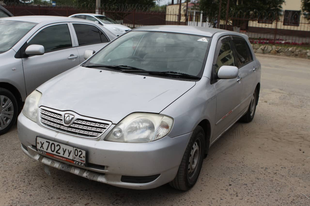 Явных повреждений на кузове Toyota нет, но есть мелкие царапины