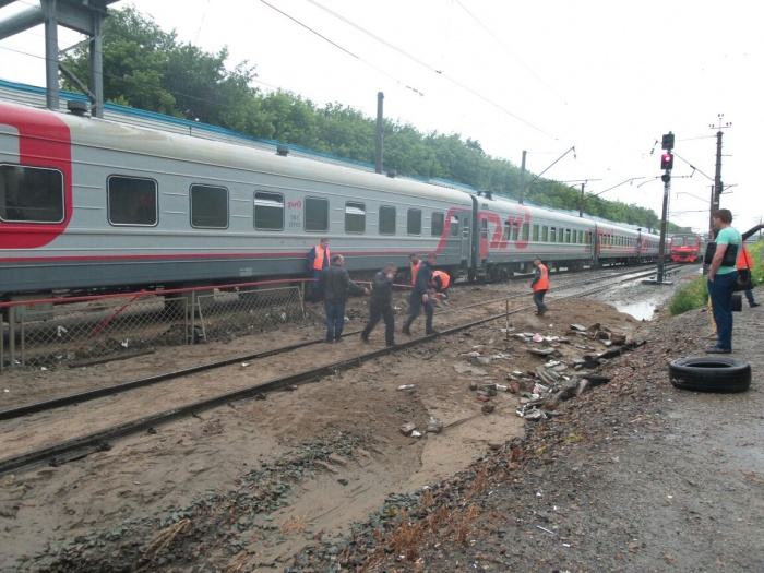 На Речном вокзале сошёл с рельсов локомотив поезда с 400 пассажирами (фото)