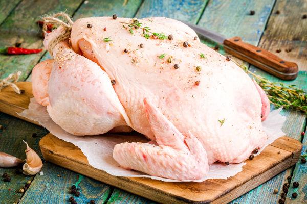 В ассортименте — тушка цыплёнка-бройлера, крыло, голень, бедро, окорочок, грудка, субпродукты