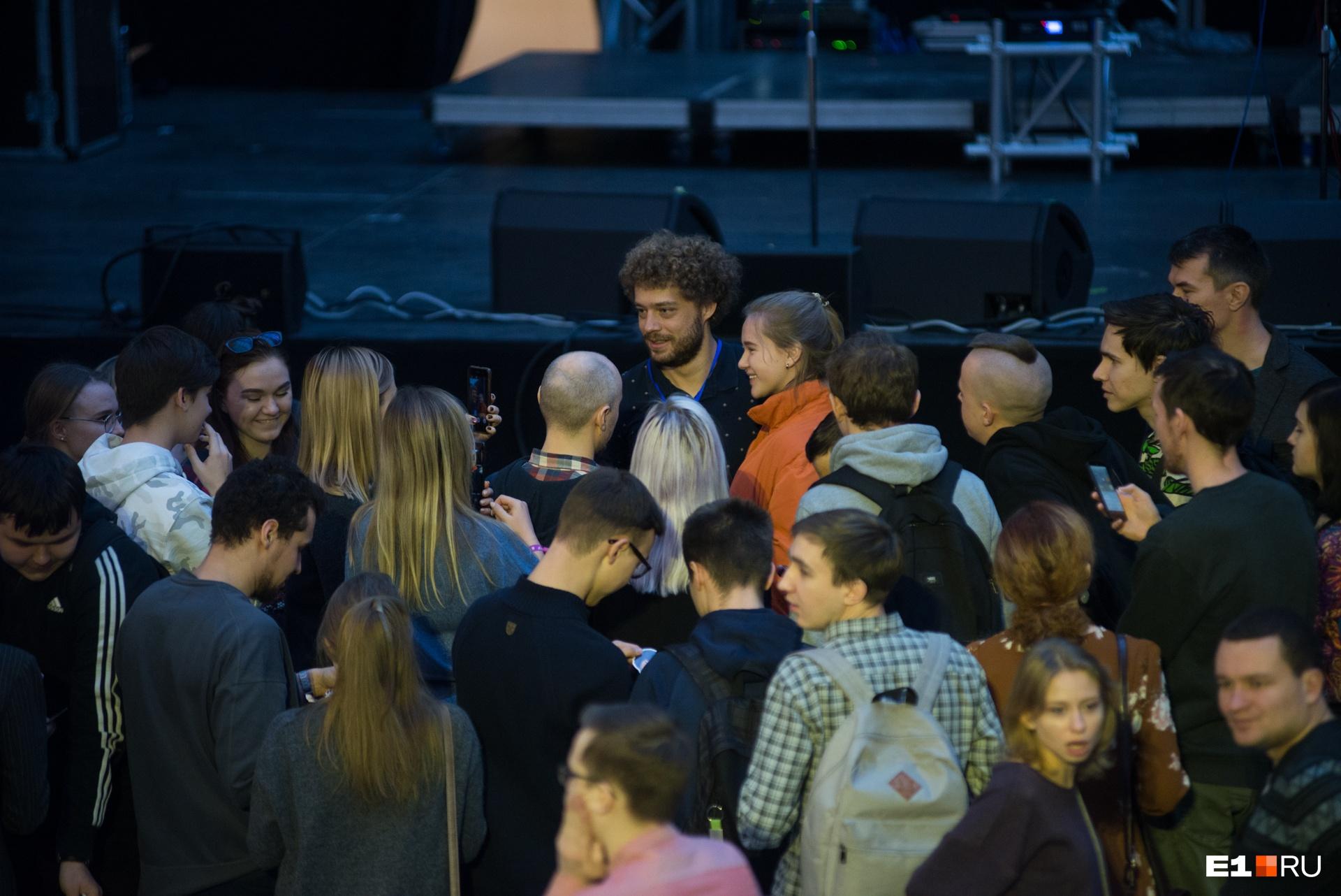 И тут тоже собрал толпу желающих сфотографироваться