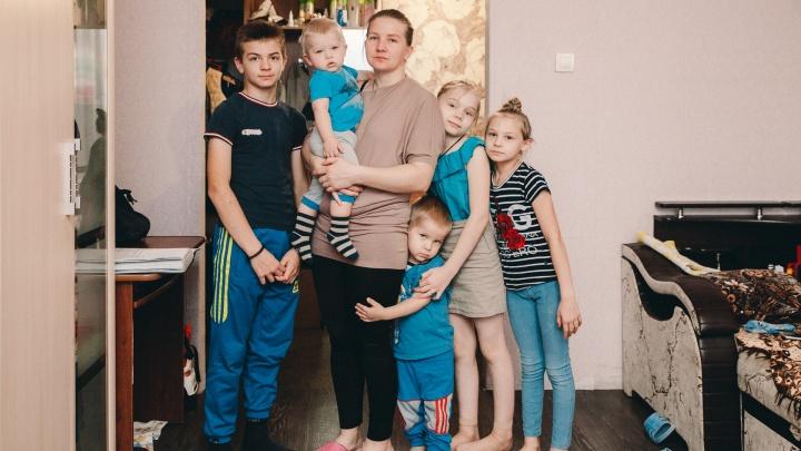 Новые владельцы квартиры, где живет тюменская многодетная семья, ломают двери и пытаются вселиться