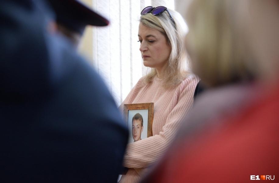 Мама убитого Дмитрия ходила на все заседания с его фотографией