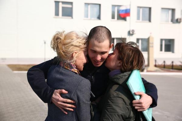 Александр Филиппов на выходе из колонии со своей мамой и супругой