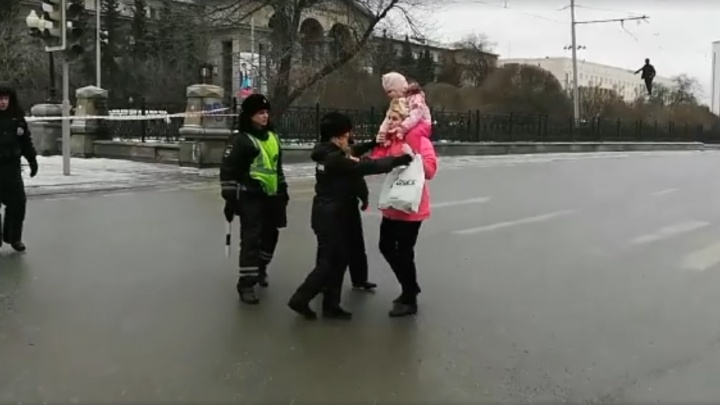 В полиции Екатеринбурга объяснили действия своих сотрудников, вытолкавших мать с ребенком с дороги