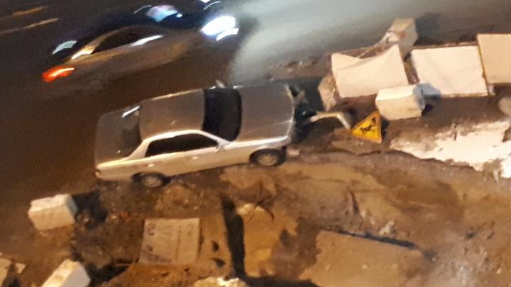 Водитель седана врезался в ограждение разрытой теплотрассы в Железнодорожном районе