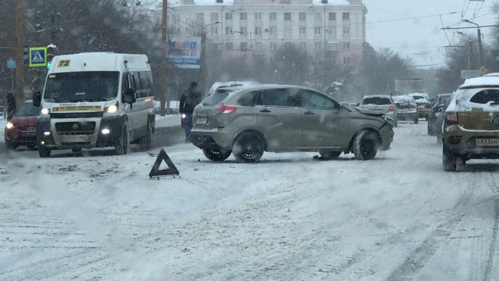 Каша по колено, многокилометровые пробки, куча ДТП: как Челябинск утром пережил сильный снегопад