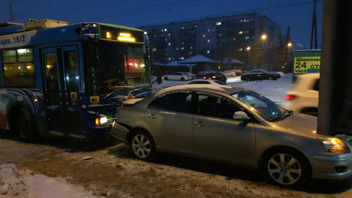 Водитель троллейбуса столкнулся с «Тойотой» на Кирова— пассажиров вывели из салона