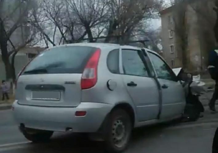 Машина стоит на встречной полосе
