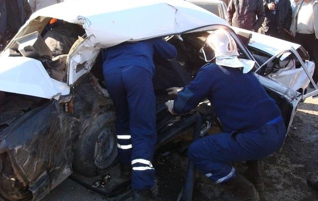 В Ростове водителя зажало в легковушке после столкновения с грузовиком