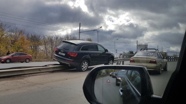 Верхом на заборе: в Уфе автомобиль Audi наехал на дорожное ограждение
