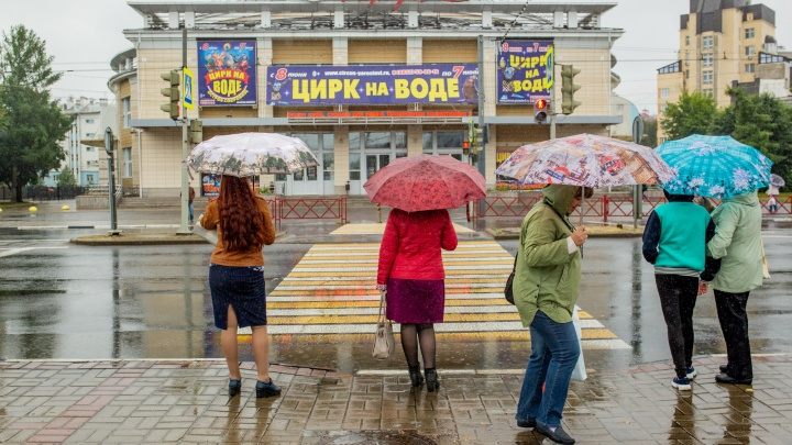 Внезапная осень: ярославцы в июне мёрзнут и ходят по воде