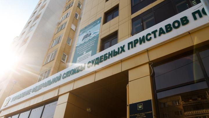 Тюменца с долгом почти в полмиллиона рублей пришлось везти в суд в наручниках