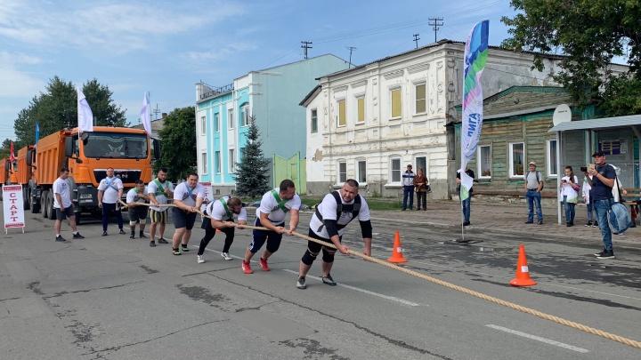«Дёрнули с такой силой — порвалась цепь»: силачи установили рекорд Евразии в Челябинской области