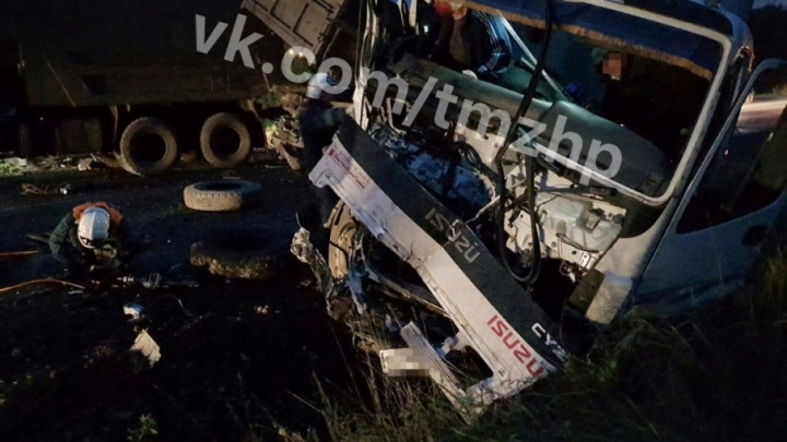 В Башкирии фура налетела на припаркованный КАМАЗ: пострадали два уфимца