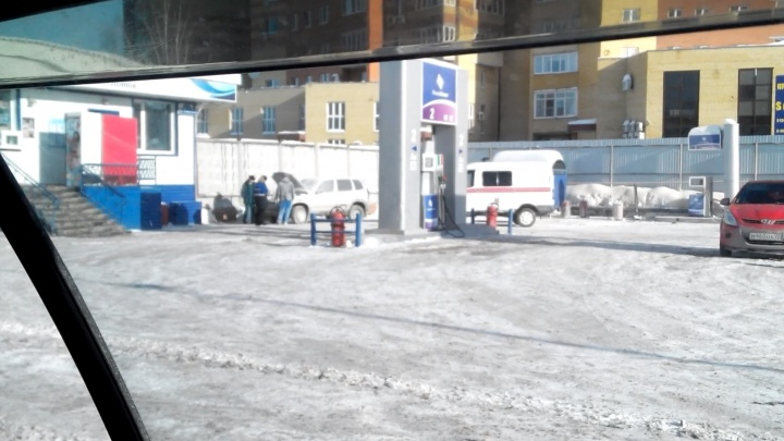 В Тюмени на заправке «Новый поток» от взрыва газа загорелась Chevrolet Niva