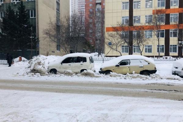 В Новосибирске на улице Каменской неизвестные повредили автомобили