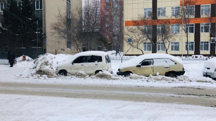 Неизвестные выбили стёкла в заброшенных автомобилях на парковке в центре Новосибирска
