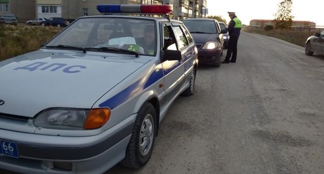 В Свердловской области ГИБДД с погоней остановила водителя, который вёз четверых детей без кресел