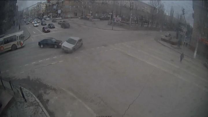 Кроссовер чуть не перевернулся: ДТП на опасном перекрестке в центре Волгограда попало на видео