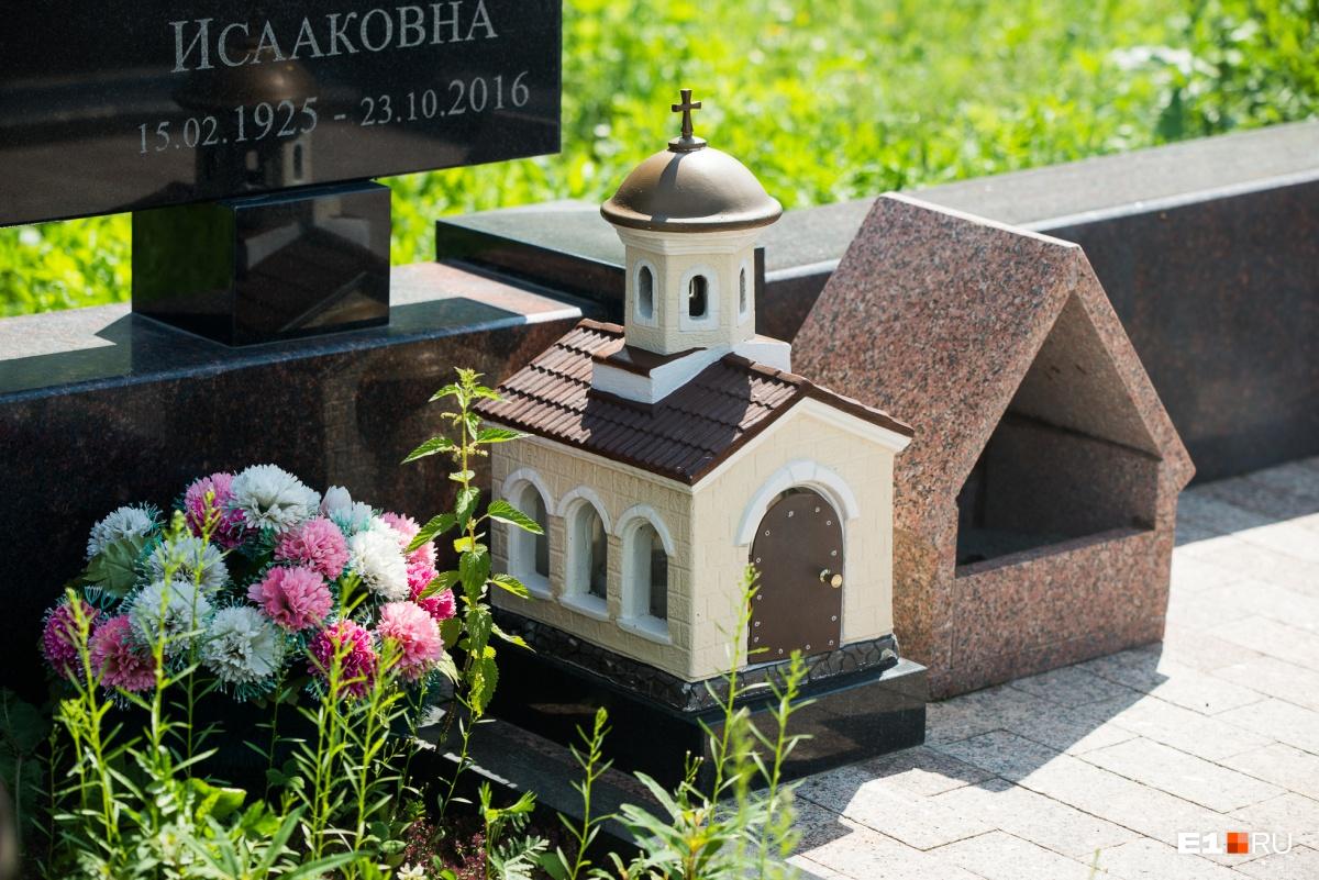 На одном из надгробий — такая миниатюрная церковь