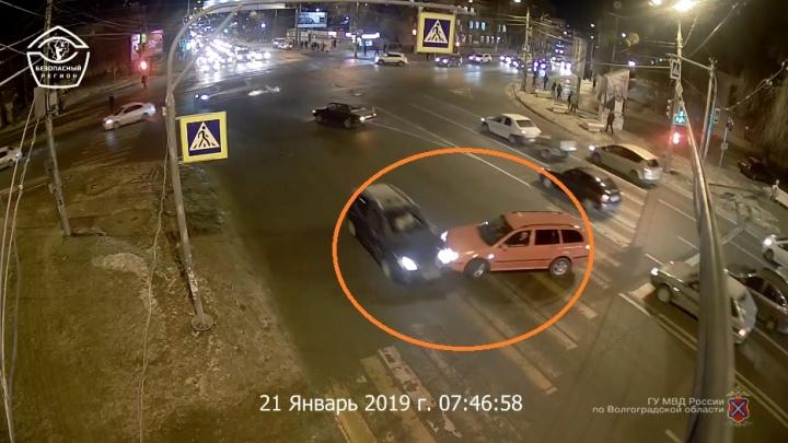 Водитель Skoda подбил кроссовер и организовал пробку на Второй Продольной. Видео