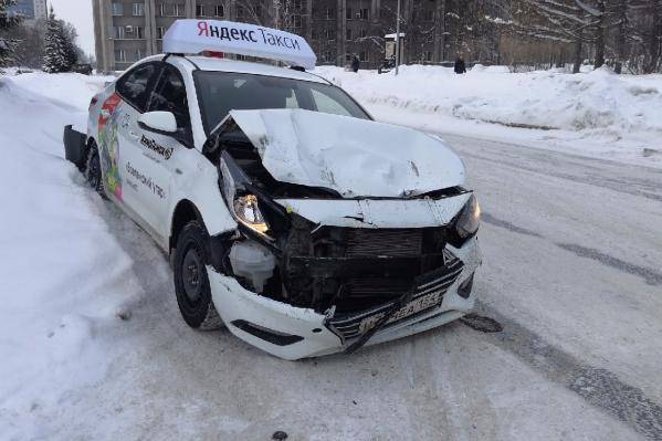 Так выглядит перед машины «Яндекс.Такси» после двух ударов задом «Газели»