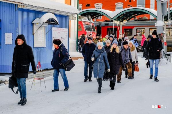 Часть пассажиров, приезжающих на Пермь I, пользуется надземным переходом