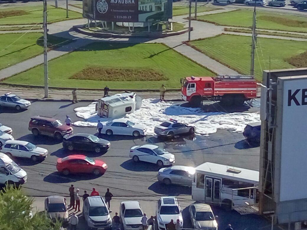 На месте аварии работают пожарные, сотрудники ГИБДД и врачи «скорой помощи»