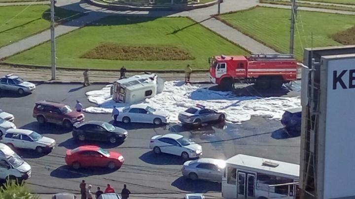 Маршрутка с пассажирами легла на бок на площади Калинина: есть пострадавшие