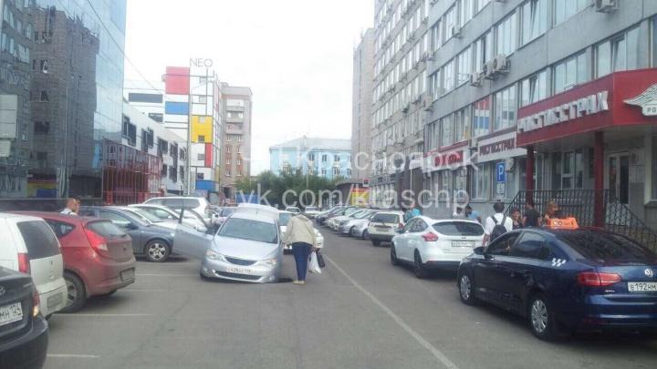 В центре города иномарка застряла колесом в яме