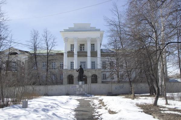 Белый дом, где жили богатые промышленники, является памятником архитектуры федерального значения