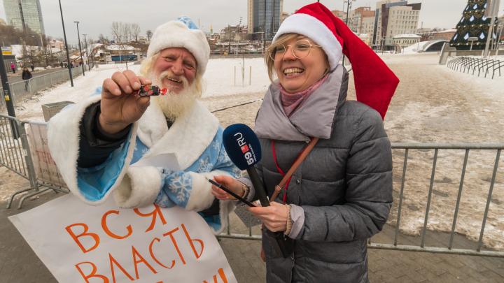 В центре Перми устроил пикет Дед Мороз, сопровождавший шамана к Путину. Видео
