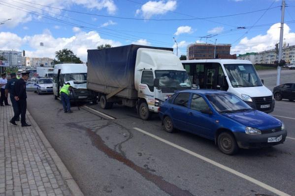 Мужчина повернулся за оплатой и врезался в грузовик