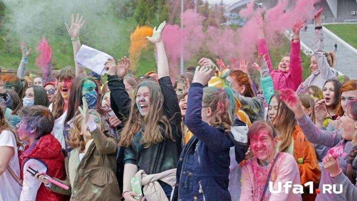 Радужный день, цветные люди: в Уфе прошел фестиваль красок Холи