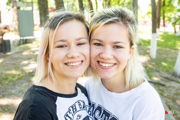 Слева Вероника, а справа Вика