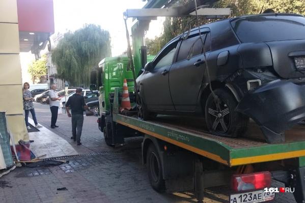 «Тойота» врезалась в супермаркет «Ассорти»