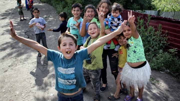Цыганский посёлок в Омске: любовь к фото, предсказание и очень молодые бабушки