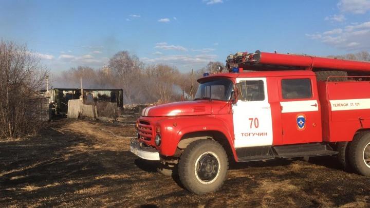 Дома в посёлке под Новосибирском вспыхнули из-за горящей травы